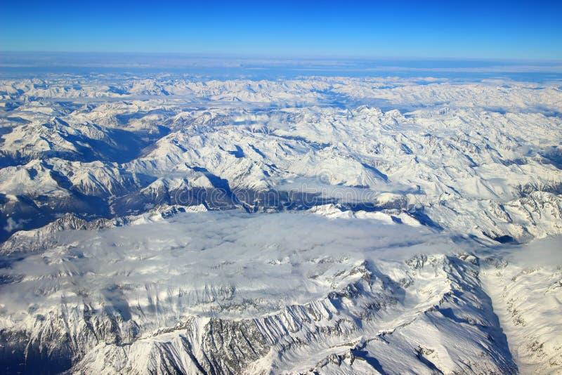 Vista aerea delle montagne nevose delle alpi fotografie stock libere da diritti