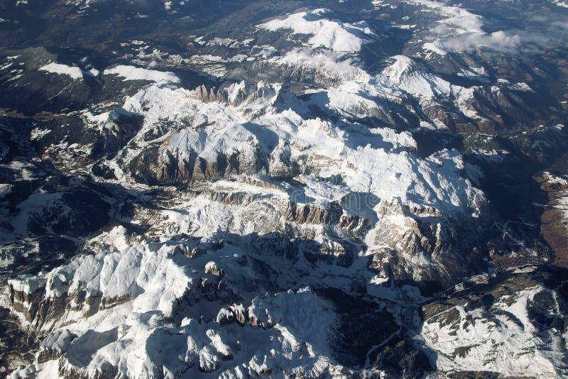 Vista aerea delle montagne nevose delle alpi immagini stock libere da diritti