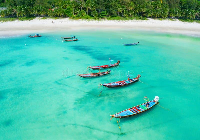 Vista aerea delle navi di lunga lunghezza e del mare tropicale, Thailandia fotografia stock libera da diritti