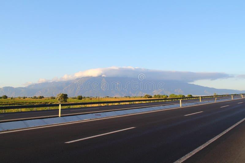 Vista aerea delle nuvole basse, delle montagne, del mare e del cielo variopinto al tramonto Sopra le nuvole al crepuscolo Paesagg fotografia stock libera da diritti
