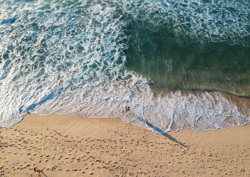 Vista aerea delle onde di oceano che lavano sulla spiaggia fotografia stock