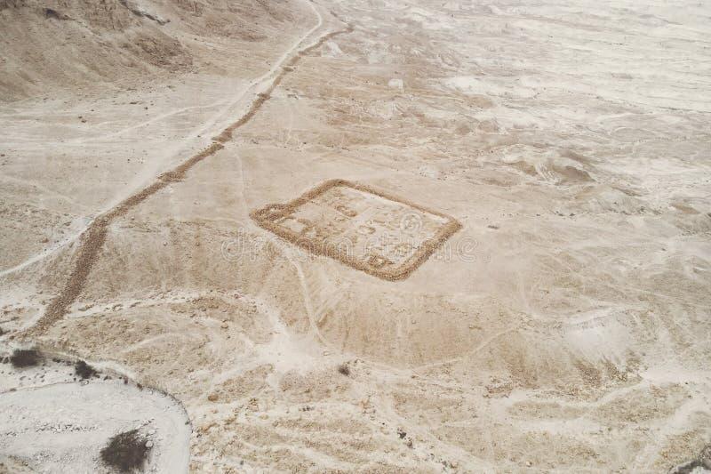 vista aerea delle rovine del campo romano B alla fortezza di masada nella valle di arava nell'Israele Rovine storiche archaeologi fotografia stock