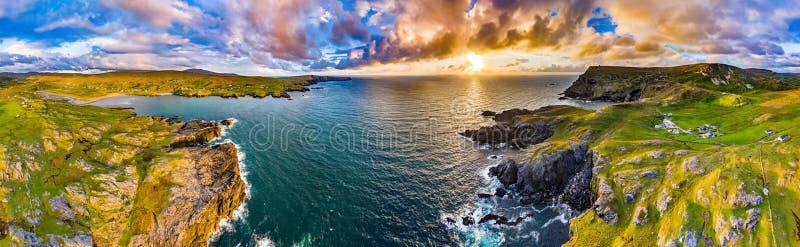 Vista aerea delle scogliere drammatiche del mare a Glencolumbkille in contea il Donegal, Irlanda fotografia stock