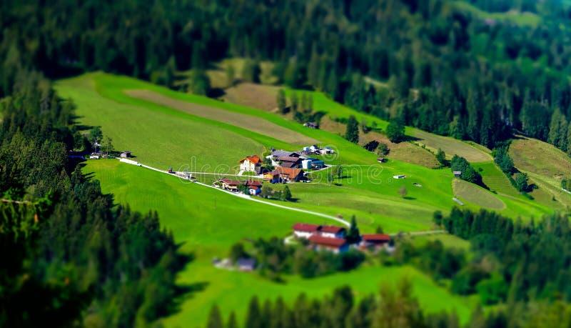 vista aerea dello Inclinazione-spostamento di poca città austriaca nella valle immagine stock