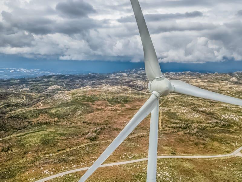 Vista aerea dettagliata, in fuco, dell'generatori eolici sopra le montagne immagine stock libera da diritti