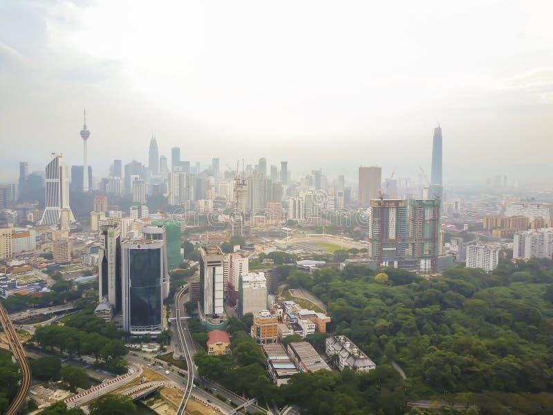 Vista aerea di alba all'orizzonte della città di Kuala Lumpur durante la foschia severa immagini stock