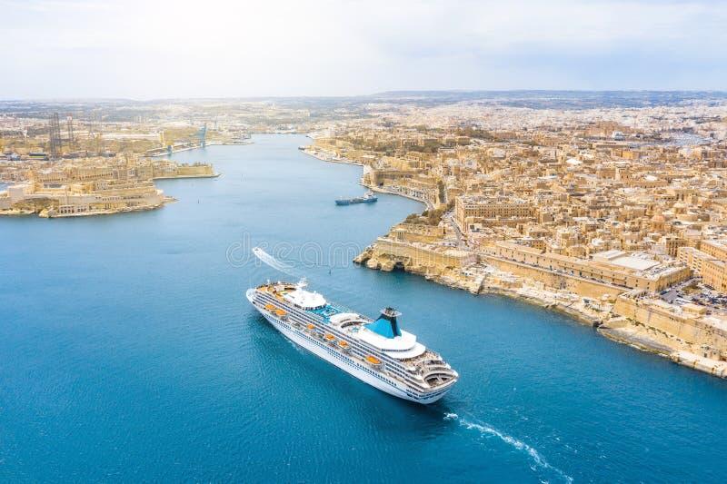 Vista aerea di altezza di Malta La Valletta e di Birgu, galleggiante navigando la nave della fodera di crociera del passanger all fotografia stock libera da diritti