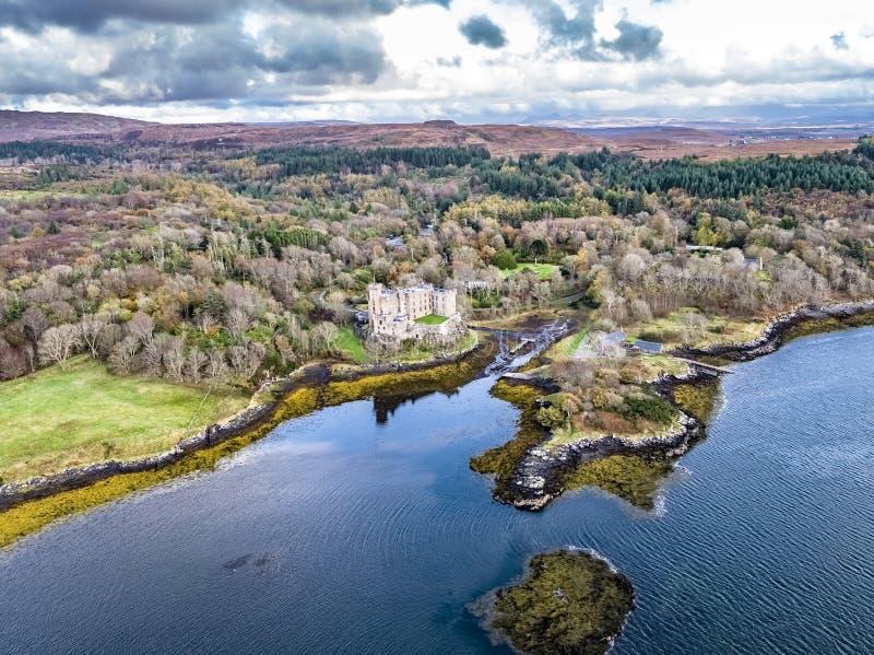 Vista aerea di autunno del castello di Dunvegan, isola di Skye fotografia stock libera da diritti