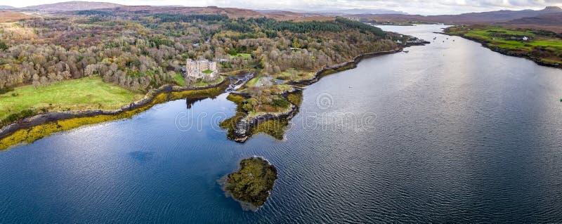 Vista aerea di autunno del castello di Dunvegan, isola di Skye immagini stock