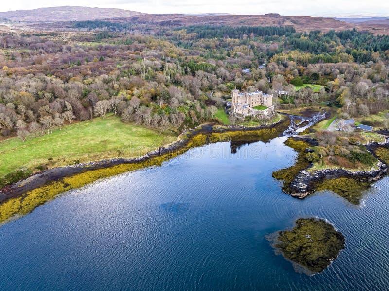 Vista aerea di autunno del castello di Dunvegan, isola di Skye fotografie stock