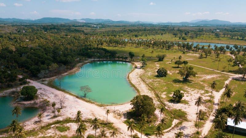 Vista aerea di bei stagni della laguna sull'isola tropicale fotografia stock
