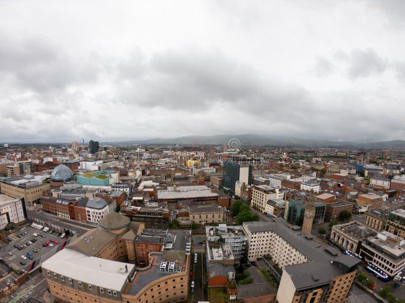 Vista aerea di Belfast, Irlanda del Nord di architettura e di costruzioni Vista sulla città da sopra fotografia stock libera da diritti