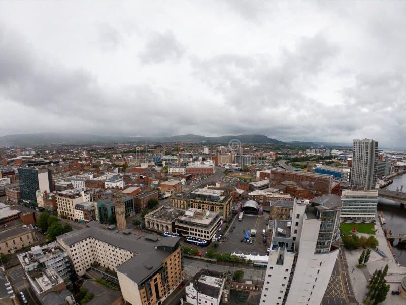 Vista aerea di Belfast, Irlanda del Nord di architettura e di costruzioni Vista sulla città da sopra fotografie stock libere da diritti