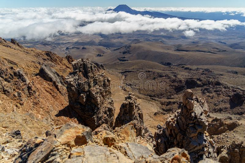 Vista aerea di belle montagne rocciose, parco nazionale di Tongariro, Nuova Zelanda fotografia stock