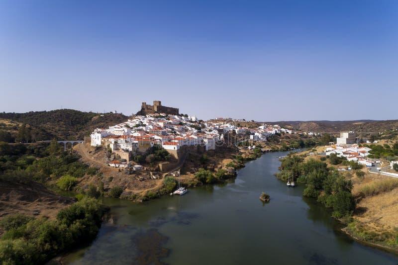 Vista aerea di bello villaggio di Mértola nell'Alentejo, Portogallo immagini stock libere da diritti