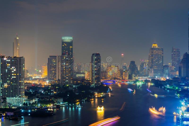 Vista aerea di Chao Phraya River, città di Bangkok Di finanziari immagini stock