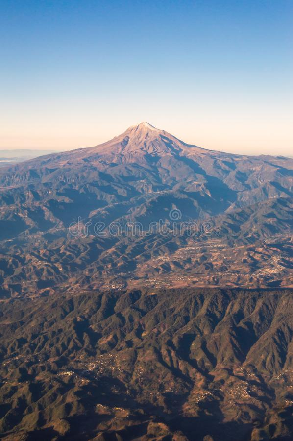 Vista aerea di Citlaltépetl/Iztactépetl, in Pico de Orizaba spagnolo, il più alta montagna nel Messico fotografia stock