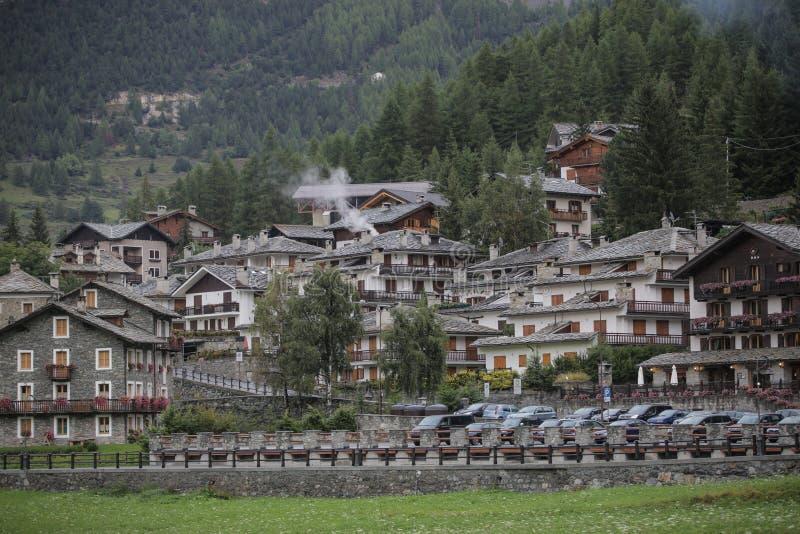 Vista aerea di Cogne, cittadina in valle di Aosta, Italia Autunno immagine stock
