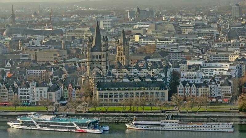 Vista aerea di Colonia lungo il Reno immagine stock