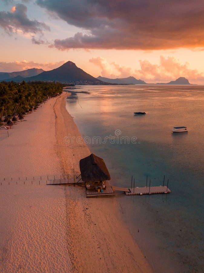 Vista aerea di Flic e di Flac, Mauritius alla luce di tramonto Tramonto esotico della spiaggia immagini stock libere da diritti