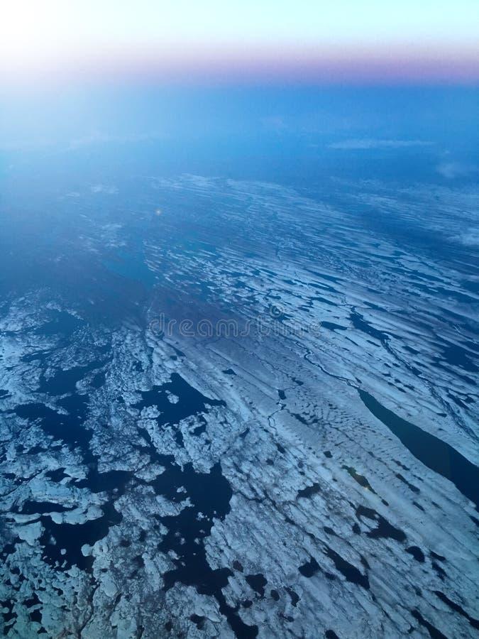 Vista aerea di ghiaccio che galleggia sul mare fotografia stock