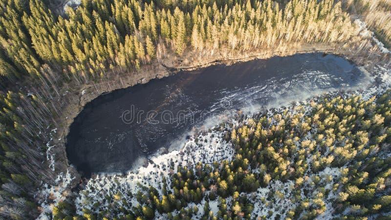 Vista aerea di grande lago durante il giorno di molla con neve immagini stock