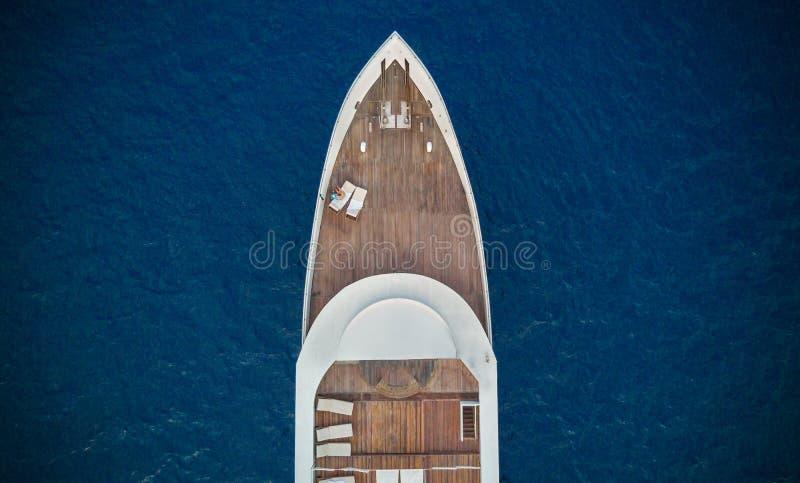 Vista aerea di grande yacht in mare immagini stock