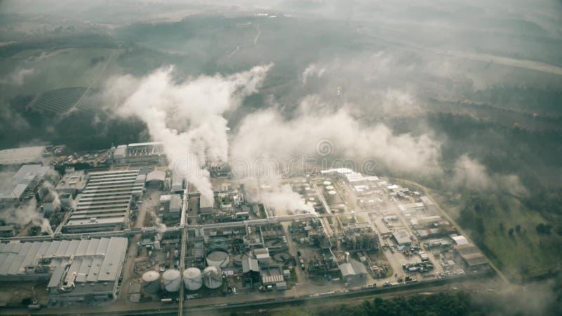 Vista aerea di grande zona industriale inquinante l'atmosfera in Italia immagine stock libera da diritti