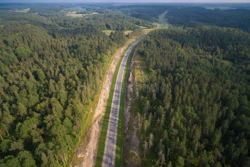 Vista aerea di guida di veicoli su una strada nel legno immagini stock libere da diritti