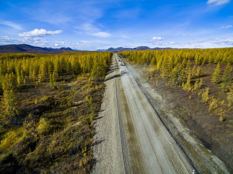 Vista aerea di guida di veicoli attraverso la foresta sulla strada campestre La Russia immagini stock
