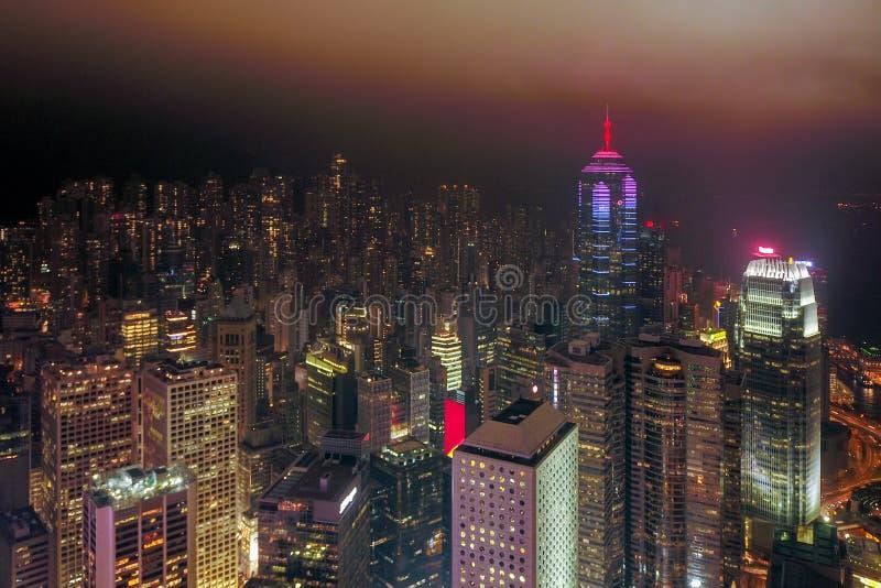 Vista aerea di Hong Kong Downtown e di Victoria Harbour con la tempesta e la nebbia della pioggia Distretto finanziario, centri d fotografia stock