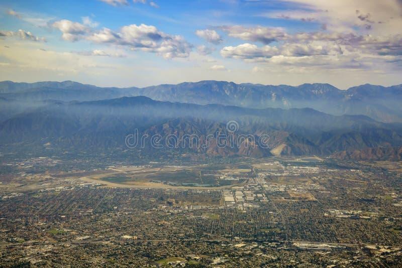 Vista aerea di Irwindale, Covina ad ovest, vista dal sedile di finestra dentro immagini stock libere da diritti