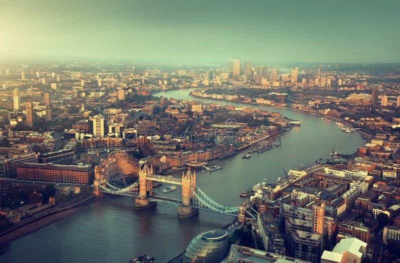 Vista aerea di Londra con il ponte della torre immagini stock
