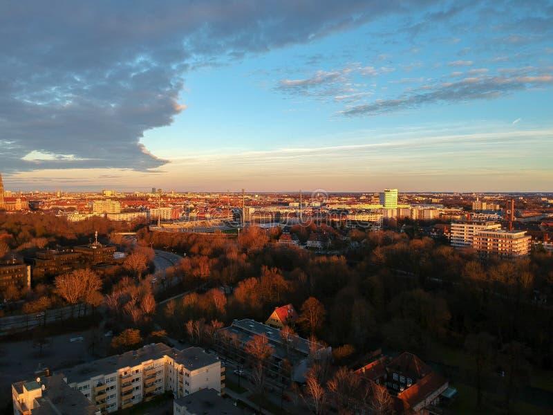 Vista aerea di Monaco di Baviera un giorno di inverno al tramonto, Monaco di Baviera, Germania fotografie stock libere da diritti