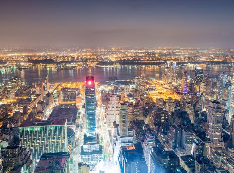 Vista aerea di notte dei grattacieli di Midtown fotografie stock libere da diritti