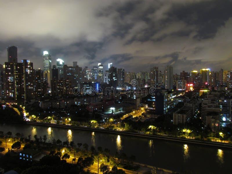 Vista aerea di notte del distretto di puxi di Shanghai con il ro ad ovest di Nanchino immagini stock libere da diritti
