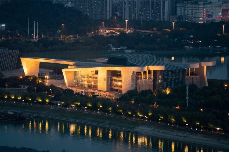 Vista aerea di notte del grande teatro dell'opera del teatro di Qintai a Wuhan Chin immagine stock