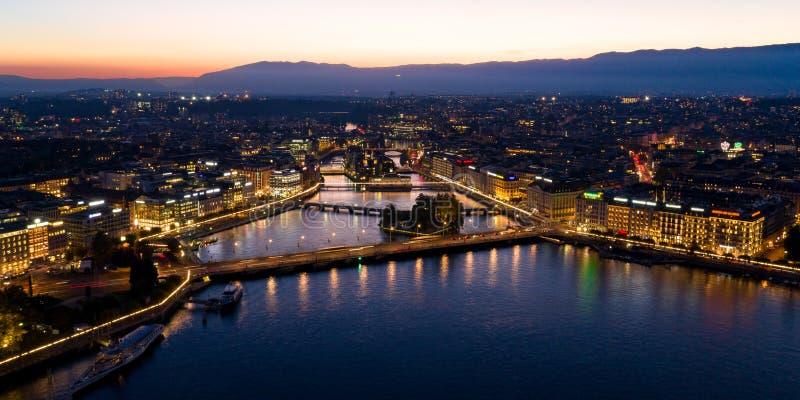Vista aerea di notte dell'orizzonte di lungomare della città di Ginevra in Switzerl immagini stock libere da diritti