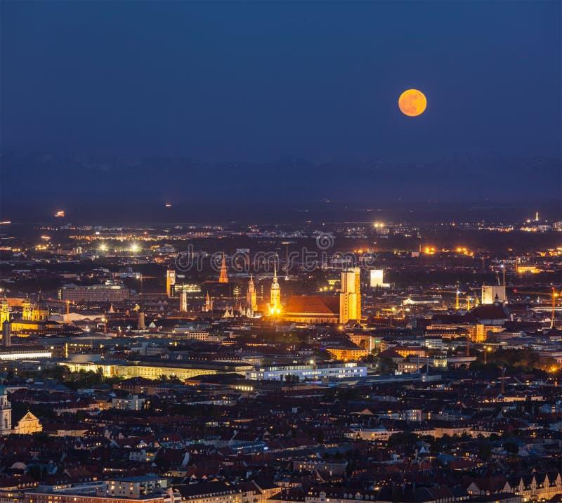 Vista aerea di notte di Monaco di Baviera, Germania immagini stock libere da diritti
