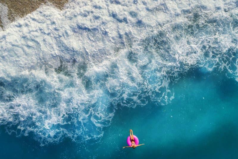 Vista aerea di nuoto della donna nel mare immagini stock libere da diritti