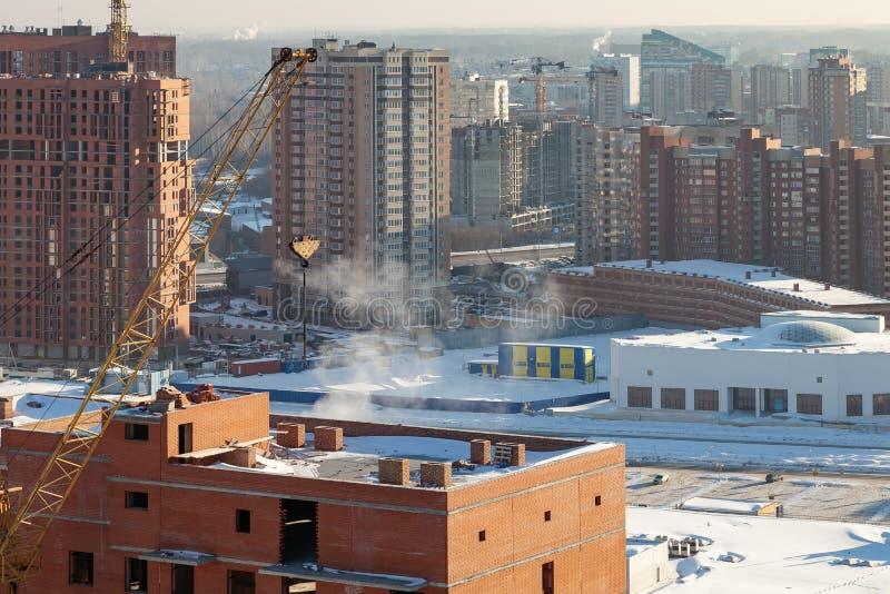 Vista aerea di nuova casa moderna in costruzione con una gru a torre gialla, lanterna rossa all'estremità della gru, costruzione fotografia stock libera da diritti