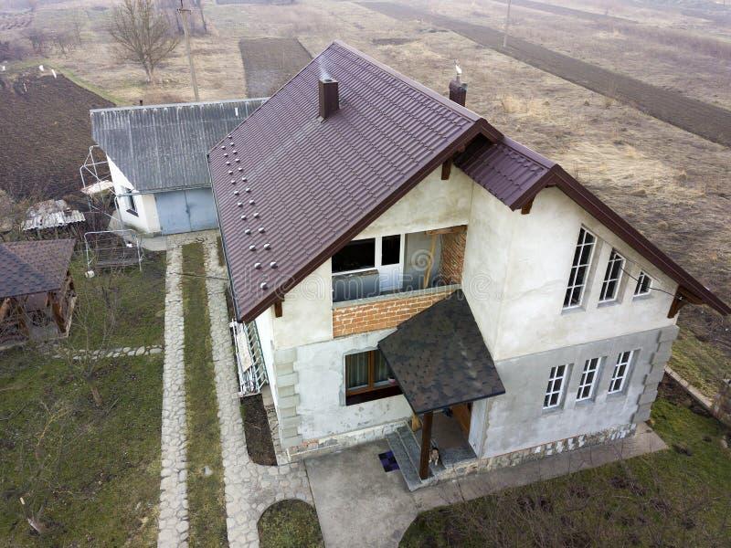 Vista aerea di nuovo cottage residenziale della casa con il tetto dell'assicella fotografia stock libera da diritti