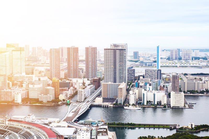 Vista aerea di occhio di uccello moderna panoramica della costruzione di paesaggio urbano della baia di Odaiba e del ponte dell'a fotografie stock libere da diritti