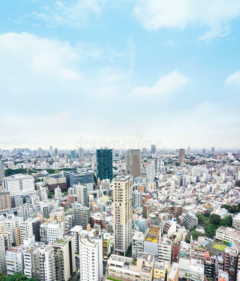 Vista aerea di occhio di uccello moderna panoramica dell'orizzonte della città con cielo blu a Tokyo, Giappone fotografia stock