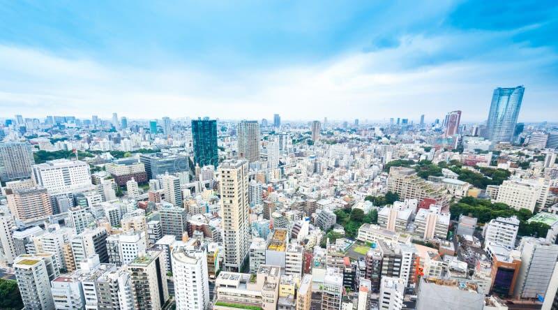 Vista aerea di occhio di uccello moderna panoramica dell'orizzonte della città con cielo blu a Tokyo, Giappone fotografie stock