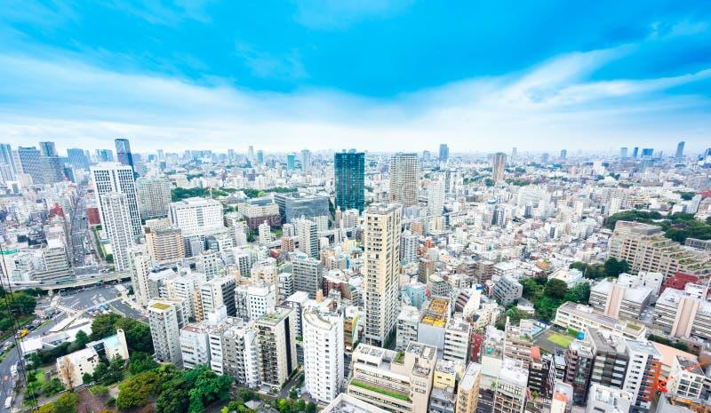 Vista aerea di occhio di uccello moderna panoramica dell'orizzonte della città con cielo blu a Tokyo, Giappone fotografia stock libera da diritti