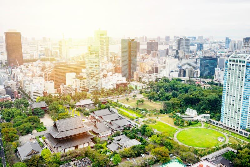 Vista aerea di occhio di uccello moderna panoramica dell'orizzonte della città con il santuario del tempio di zojo-ji a Tokyo, Gi fotografia stock