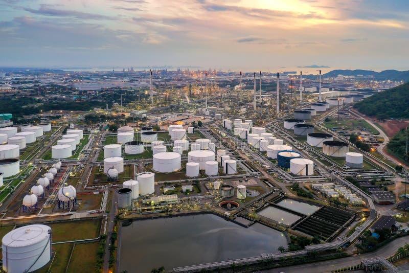 Vista aerea di olio e di industria del gas - raffineria a penombra immagine stock libera da diritti