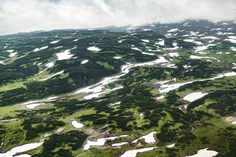 Vista aerea di paesaggio con le pianure verdi sulla penisola di Kamchatka, Russia immagine stock libera da diritti