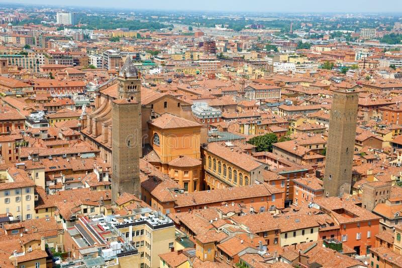 Vista aerea di paesaggio urbano di Bologna con la cattedrale e vecchio centro urbano medievale con le torri di Uguzzoni e di Alta immagini stock libere da diritti
